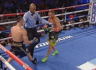 Украинский боксер Василий Ломаченко победил Хосе Педраса, отправив его в два нокдауна
