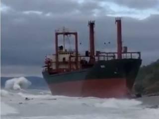 Из-за шторма в Черном море на берег выбросило огромный теплоход