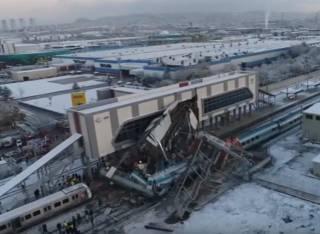 В Турции на скорости под сотню километров в час разбился пассажирский поезд