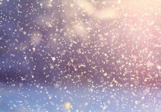 Мощный снежный шторм оставил людей без электричества в шести областях Украины