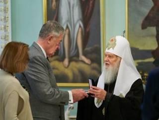 Филарет вручил церковный орден бывшей «шишке» из ЦРУ