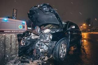 В Киеве внедорожник врезался в отбойник перед мостом – водитель погиб