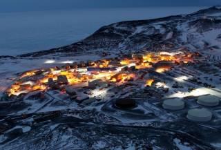 На одной из исследовательских станций в Антарктике таинственно погибли рабочие