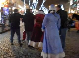 В Одессе Деды Морозы по имени Тимур и Мустафа устроили драку. Не обошлось без «смотрящей» Снегурочки