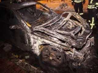 В Киеве неизвестный ночью сжег две иномарки