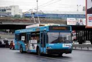 В Киеве водитель троллейбуса повздорил с пассажирами и полез за монтировкой