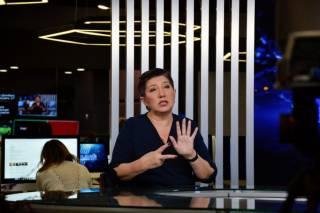 Новости на «Прямом» ведущая читала одновременно на украинском языке и языке жестов