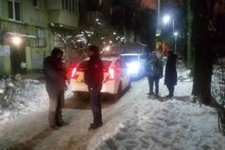 В Киеве пьяный полицейский, угрожая ножом, ограбил 12-летнюю девочку