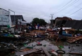 Количество жертв цунами в Индонезии стремительно растет. В Сети появилось необычное видео
