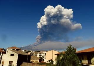 В Италии начал извергаться самый высокий вулкан в Европе. В Сети появились впечатляющие фото и видео