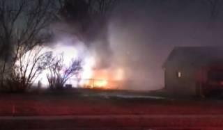 В США самолет упал на жилые дома. В Сети появилось видео