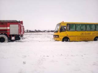 Под Киевом автобус со школьниками оказался в снежной ловушке