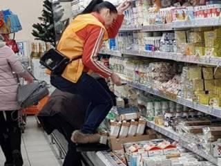 В одном из магазинов Днепра продавщица залезла на продуктовую полку в грязных сапогах