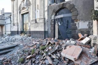 Вслед за извержением вулкана Сицилию сотрясло землетрясение. Пострадали люди и церкви