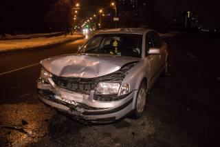 В Киеве после лобового столкновения автомобиль влетел в остановку