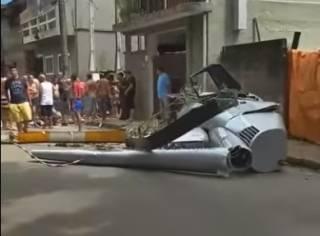 В Бразилии туристический вертолет упал прямо на голову местного жителя