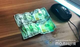 Чтобы не погореть на взятке, закарпатский пограничник испробовал доллары на вкус