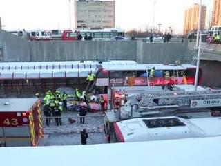 В Канаде двухэтажный автобус врезался в остановку с людьми