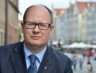 Мэра польского Гданьска пырнули ножом на благотворительном концерте – он перенес операцию