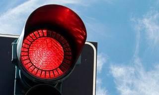 Во Львове мужчина пытался повеситься на светофоре. Патрульные подоспели вовремя
