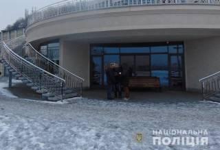 В Киеве злоумышленники ограбили мужчину, приковав его наручниками к перилам