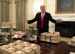 Трамп накормил студентов-футболистов гамбургерами и картошкой фри