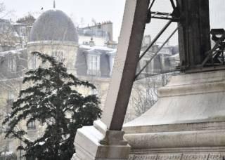Париж заметает снегом – закрыли даже Эйфелеву башню