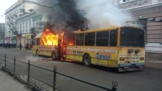 В Тернополе среди бела дня сгорел переполненный троллейбус