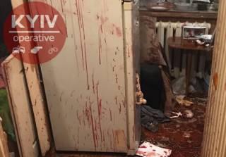 В Киеве пьяный мужчина едва не убил жену и маленькую дочь (18+)