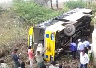 В Индии из-за пьяного водителя разбился школьный автобус (18+)