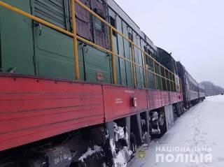 В Полтавской области поезд на переезде раздавил легковушку