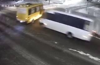 Под Киевом столкнулись две маршрутки: момент ДТП попал на видео