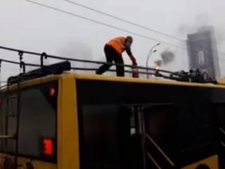 В Киеве на «Кардачах» загорелся троллейбус. Огнетушитель оказался неисправным