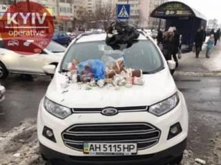 В Киеве люди своеобразно наказали «героя» парковки на донецких номерах