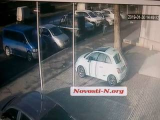 В сеть попало видео расстрела супругов у здания суда в Николаеве