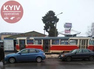В двух районах Киева трамваи сошли с рельсов