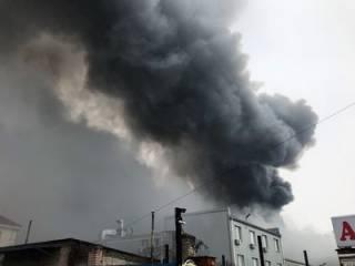 В Киеве бушует сильнейший пожар на складах стройматериалов