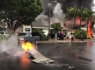 В одном из курортных городков США самолет рухнул на особняк – погибли люди