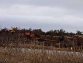 В аннексированном Крыму воду из могильника сливают прямо на пляж