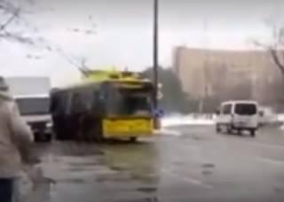 В Киеве пассажирам пришлось толкать заглохший троллейбус
