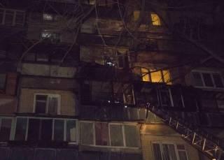 Ночью на окраине Киева из-за окурка загорелся девятиэтажный дом – жильцов эвакуировали