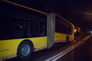 В Киеве пассажирский автобус начал «рассыпаться» прямо на ходу