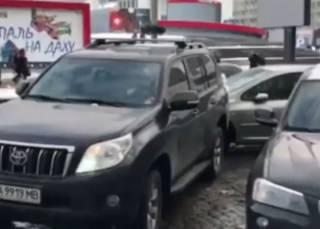 В центре Киева внедорожник задним ходом вытолкал с парковки легковушку