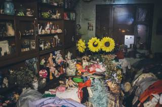 На окраине Киева женщина превратила свою квартиру в помойку. Соседи опасаются, что она может сжечь весь дом