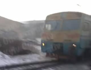 В Киеве поезд сбил мужчину: жуткие кадры попали в соцсети (18+)