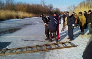 На окраине Киева подо льдом на дне реки нашли тело мужчины
