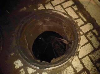 В центре Львова взорвалась канализация. Люди гадают: что это было?