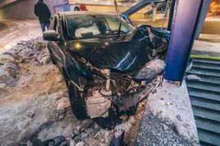 В Киеве пьяный водитель протаранил подземный переход