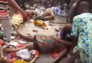 Во время давки на президентском митинге в Нигерии погибли более дюжины людей (18+)