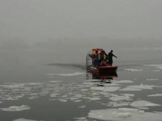 Уплыли на льдине: на Днепре спасли двух незадачливых рыбаков